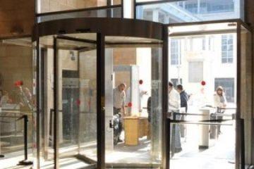 שימוש בדלתות אוטומטיות: שמירה על הבטיחות ואיתור תקלות